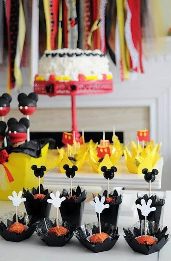 festa de aniversário do Mickey decorada com docinhos personalizados  Foto Pinterest