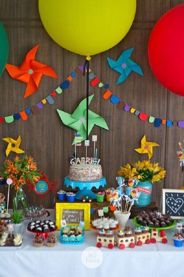 festa de aniversário infantil decorada com catavento colorido  Foto Mil Folhas Festas