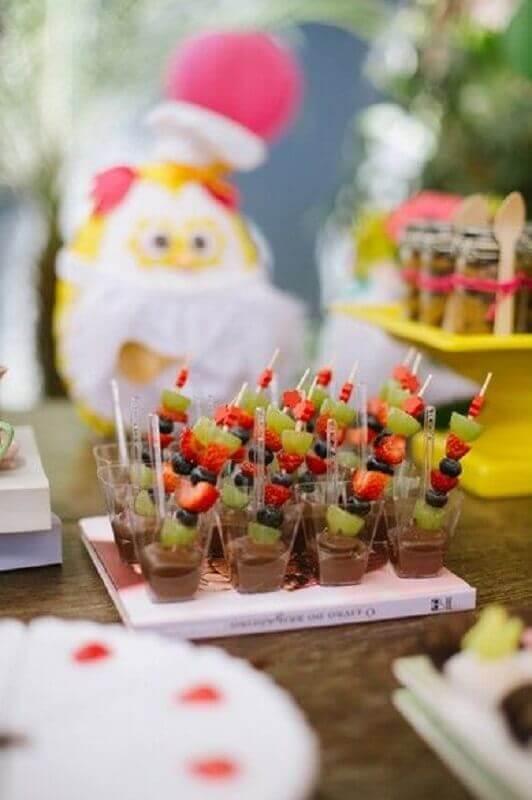 ideias para festa de aniversário com frutas banhadas em chocolate  Foto Pinterest