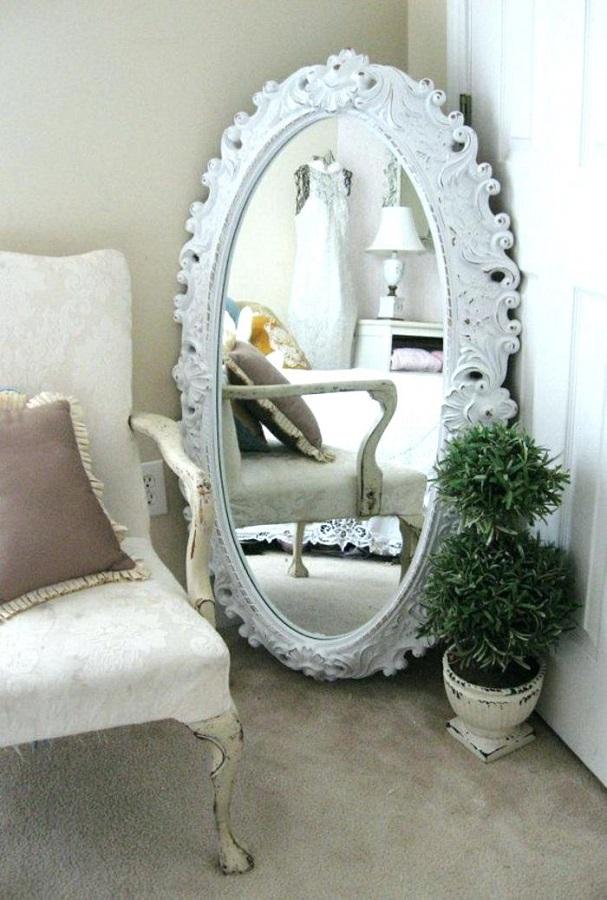 modelo de espelho provençal branco grande com moldura oval  Foto Pinosy