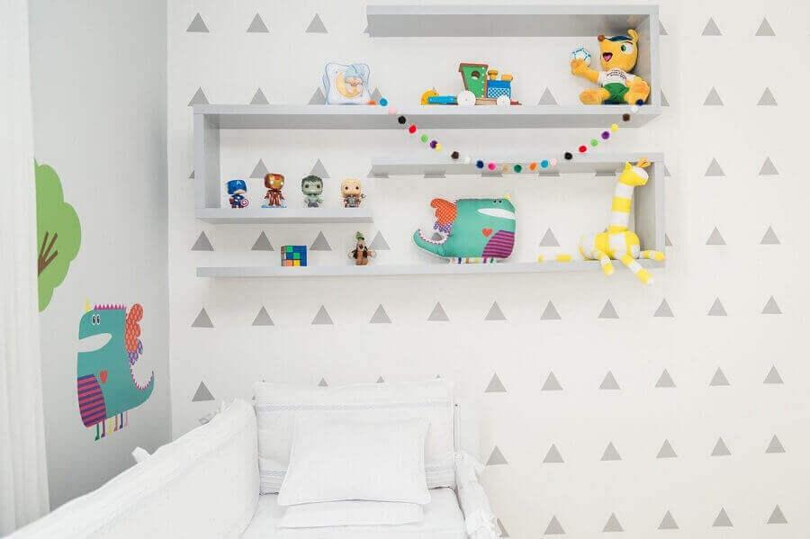 modelo geométrico de prateleira para quarto de bebê decorado com tema dinossauro Foto Patricia Bigonha Drummond