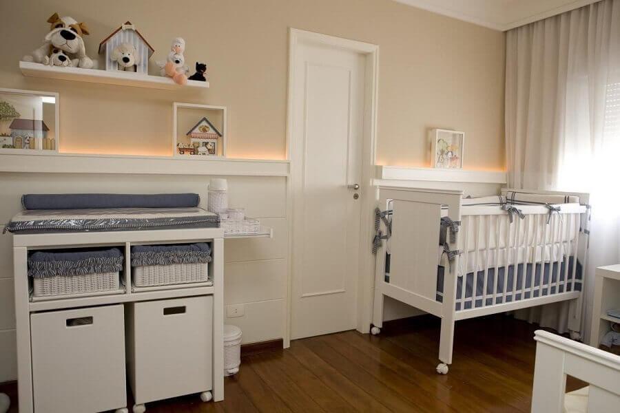 modelo simples de prateleira para quarto de bebê branco com piso de madeira Foto Lucia Tacla