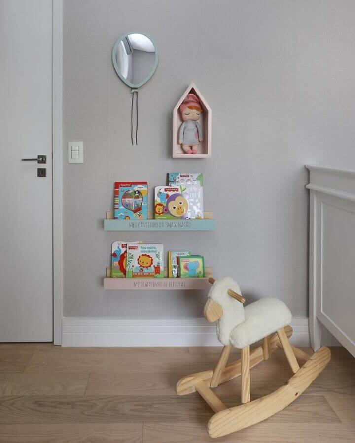 modelo simples de prateleira para quarto de bebê como suporte para livros Foto Zozu