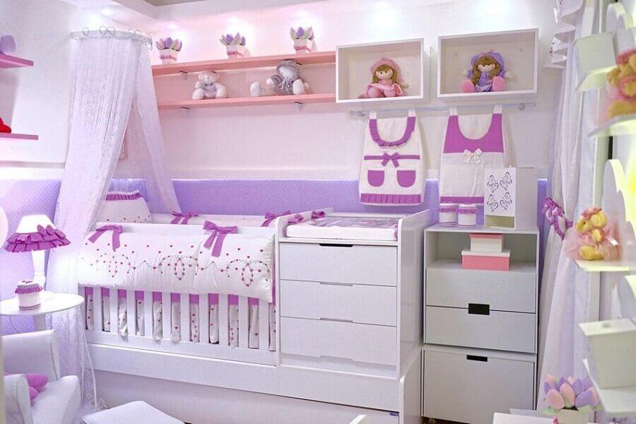 nichos e prateleiras para quarto de bebê menina branco e lilás Foto Andrea Bento