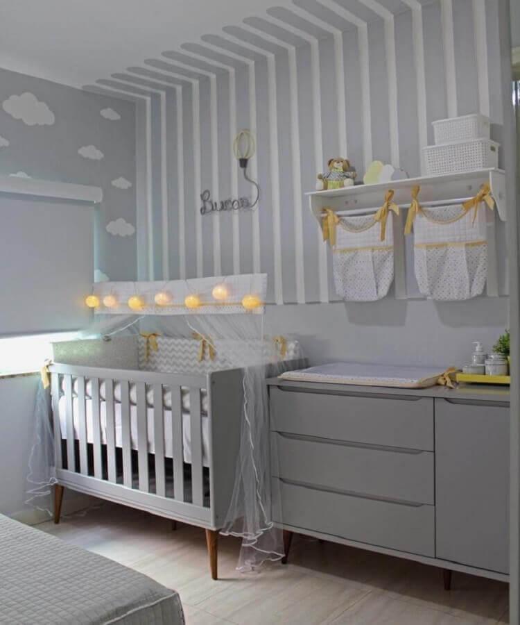 prateleira com varão para quarto de bebê cinza com papel de parede de nuvem e listrado Foto Blog da Giovanna