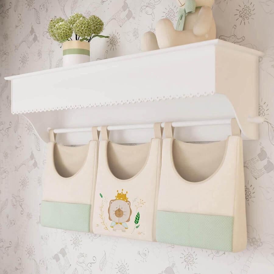 prateleira com varão para quarto de bebê decorada com bolsinhas porta treco personalizadas Foto Grão de Gente
