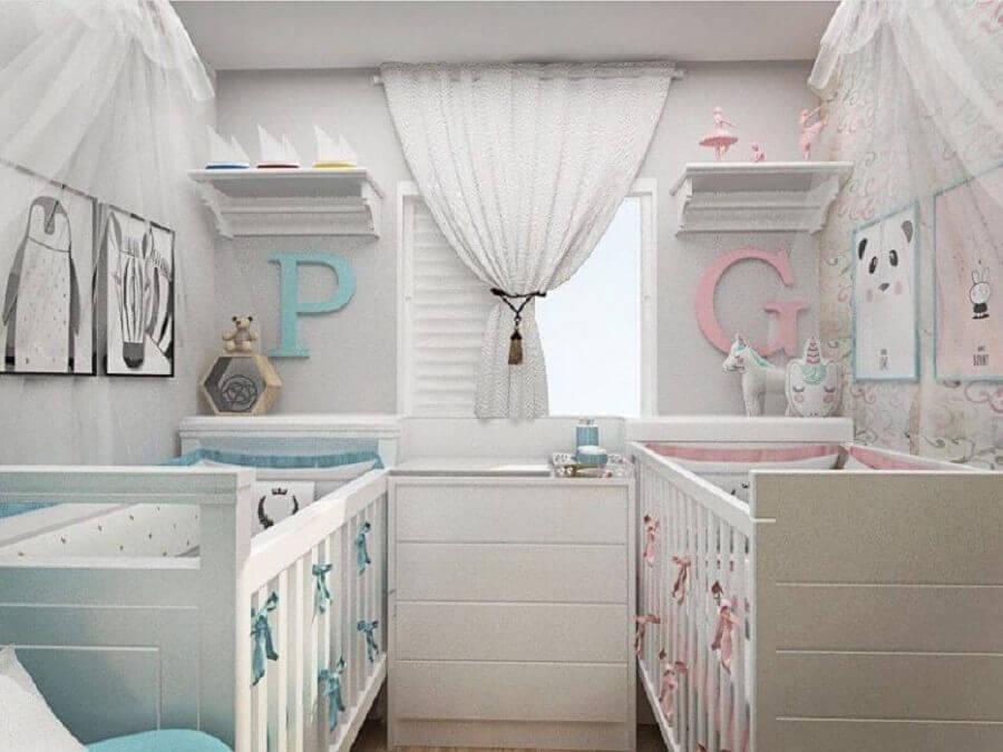 prateleira com varão para quarto de bebê gêmeos Foto Rebeca Kerst