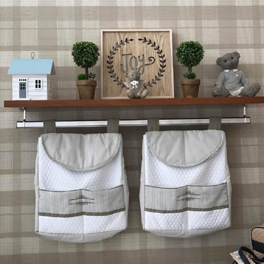 prateleira com varão para quarto de bebê menino decorada com porta trecos Foto Blog da Giovanna