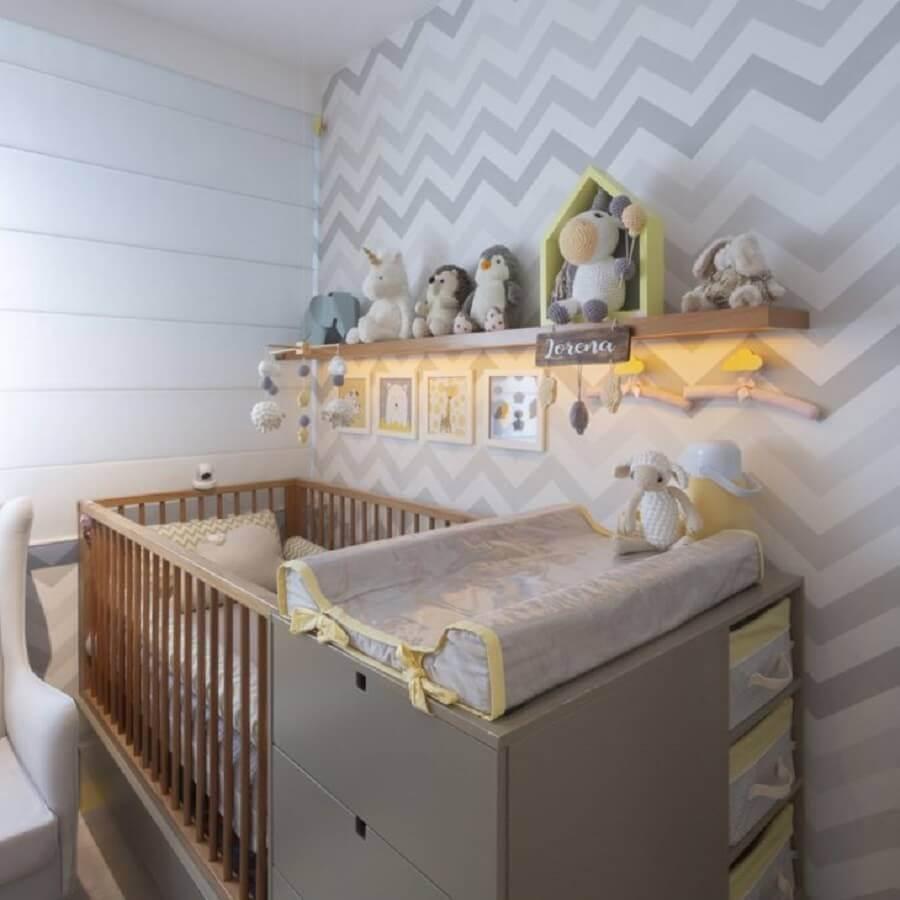 prateleira de madeira para quarto de bebê cinza decorado com papel de parede com estampa chevron Foto Pinosy