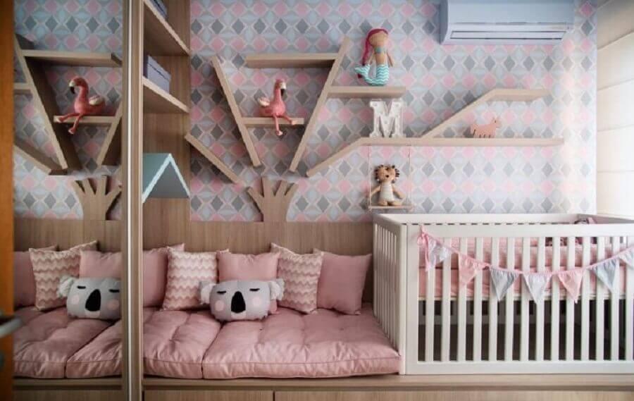prateleira de madeira para quarto de bebê menina decorado cinza e rosa Foto Pinterest