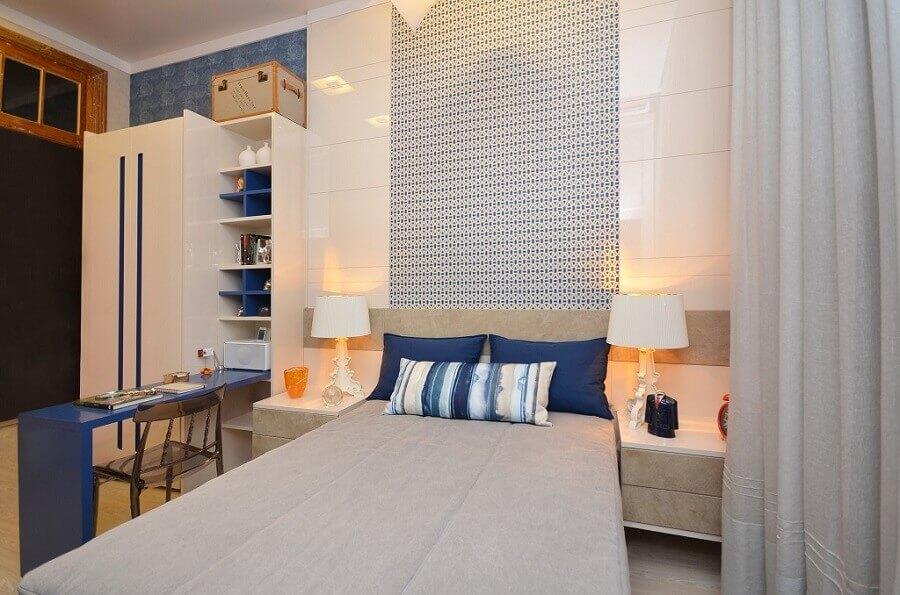 quarto azul decorado com bancada de estudos e papel de parede Foto Thoni Litsz