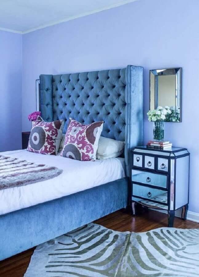 quarto azul decorado com criado mudo espelhado e cabeceira capitonê Foto Danovel