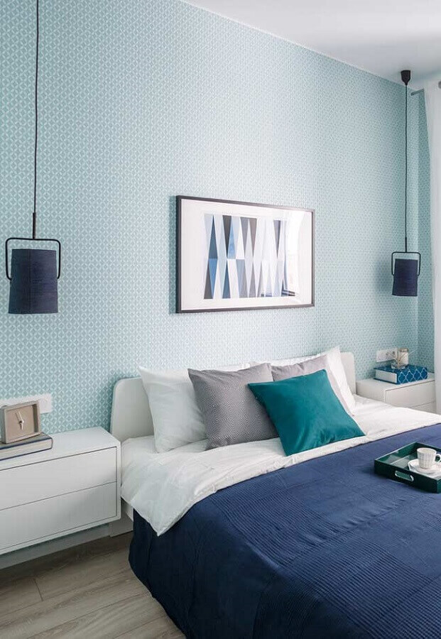 quarto azul decorado com papel de parede e luminária de teto Foto Lovely Scribbles