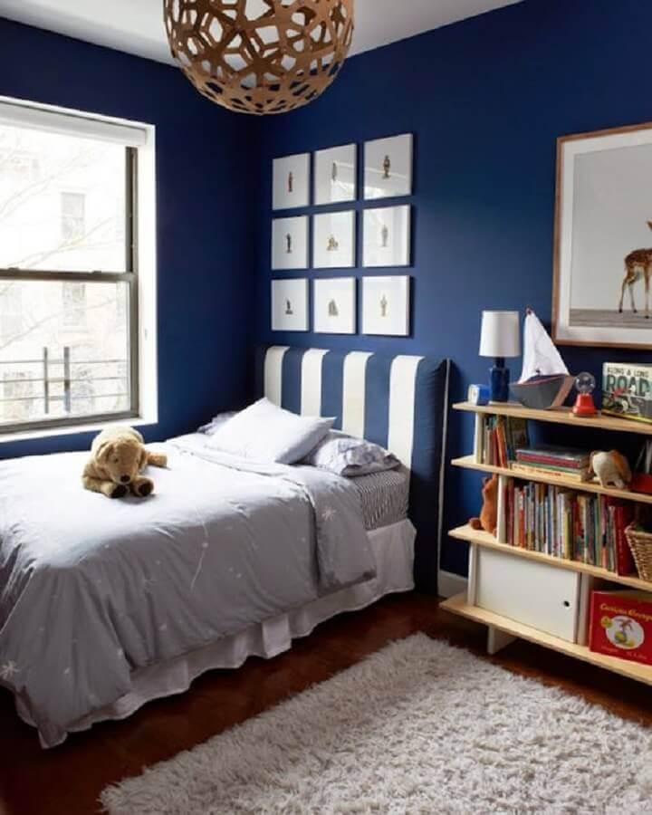 quarto azul decorado com tapete felpudo e cabeceira listrada Foto Kate S Jordan