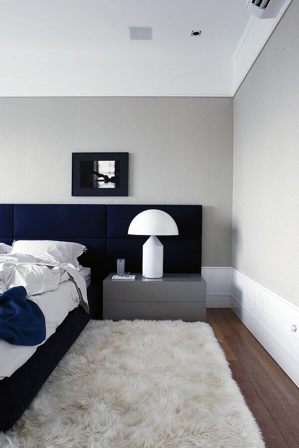 quarto azul e branco decorado com tapete felpudo e criado mudo cinza Foto Archilovers