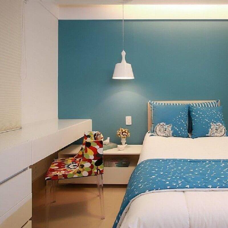 quarto azul turquesa decorado com bancada de estudos e cadeira colorida Foto Orizam Arquitetura