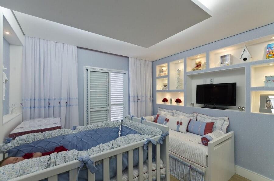 quarto de bebê azul claro decorado com nichos embutidos com iluminação Foto Belissa Corral