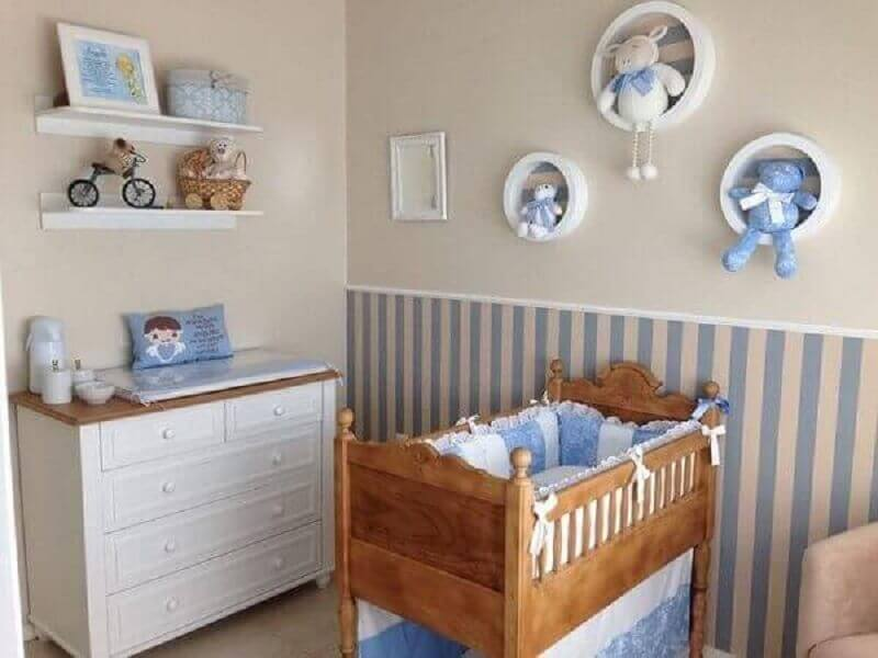 quarto de bebê azul decorado com papel de parede listrado e nichos redondos Foto Julia Lopes Pegoraro