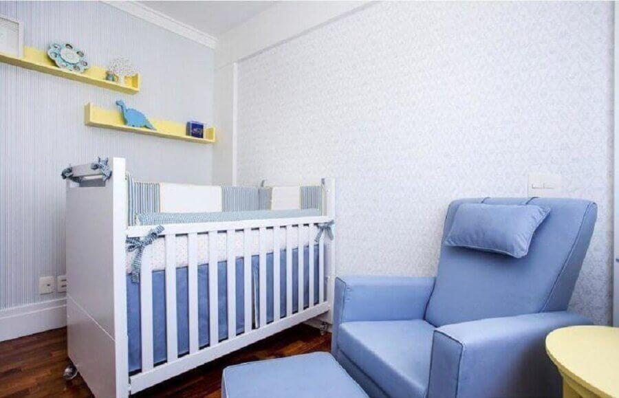 quarto de bebê azul decorado com prateleiras amarelas Foto Liz Arquitetura