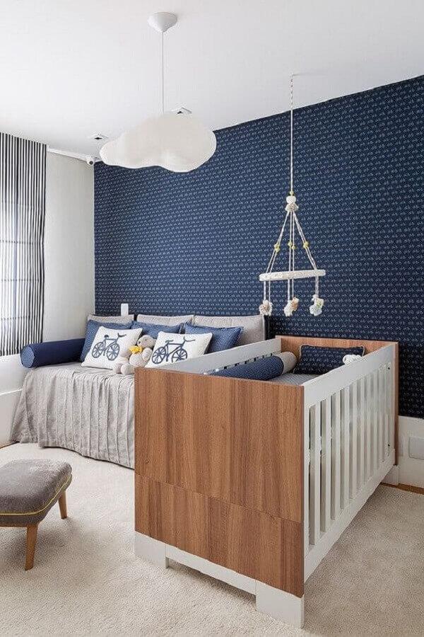 quarto de bebê azul marinho decorado com lustre de nuvem Foto Pinterest