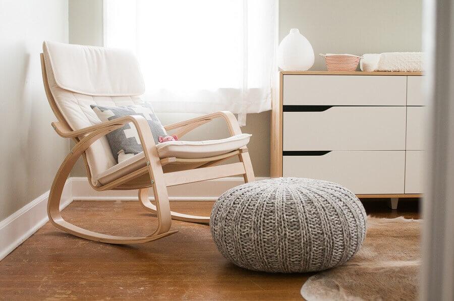 quarto de bebê decorado com cadeira de balanço de madeira e puff cinza de crochê Foto Pinosy