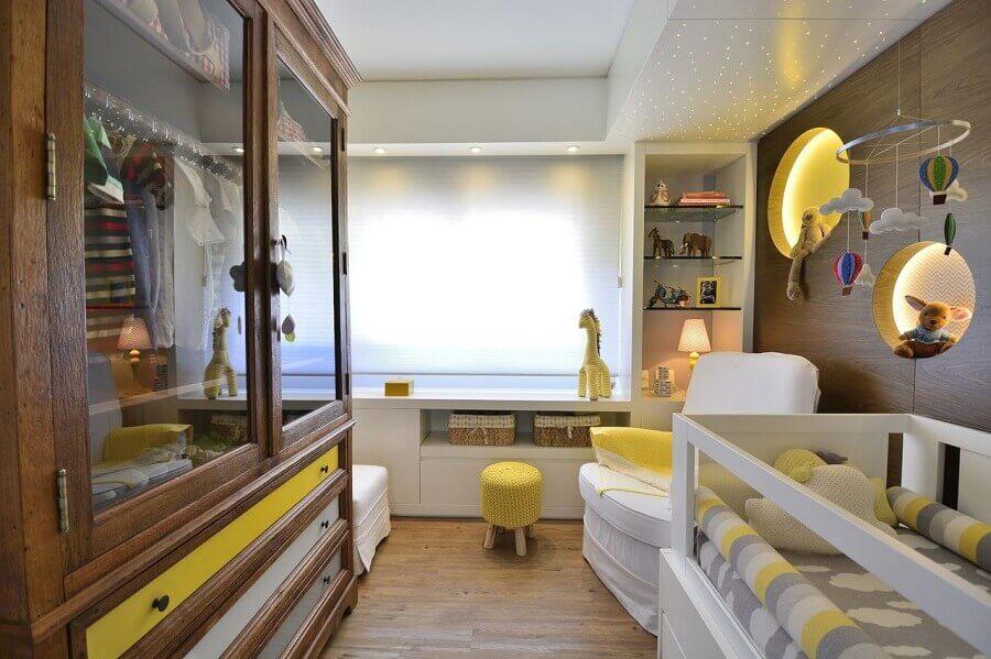 quarto de bebê decorado com prateleira de vidro e nichos redondos com iluminação embutida Foto BG Arquitetura
