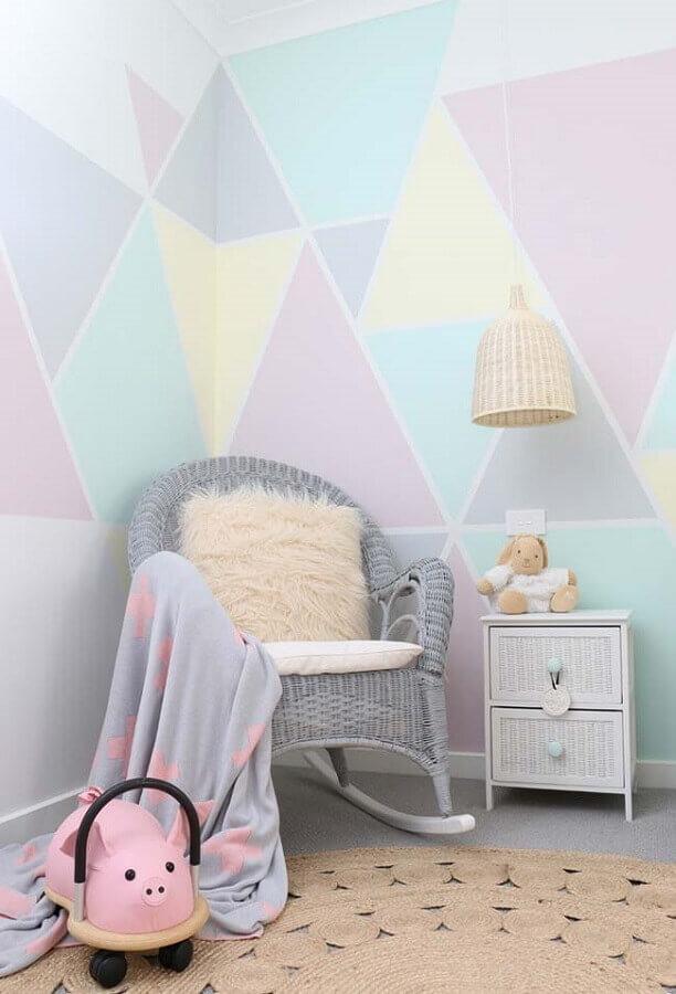 quarto de criança decorado com papel de parede colorido e cadeira de balanço de vime Foto Interiors by Charlie