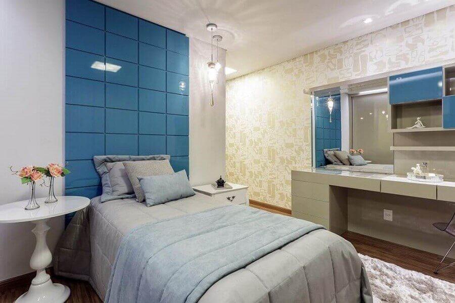 quarto de menina azul decorado com papel de parede com estampa de sapatos Foto Aleggra Design & Arquitetura