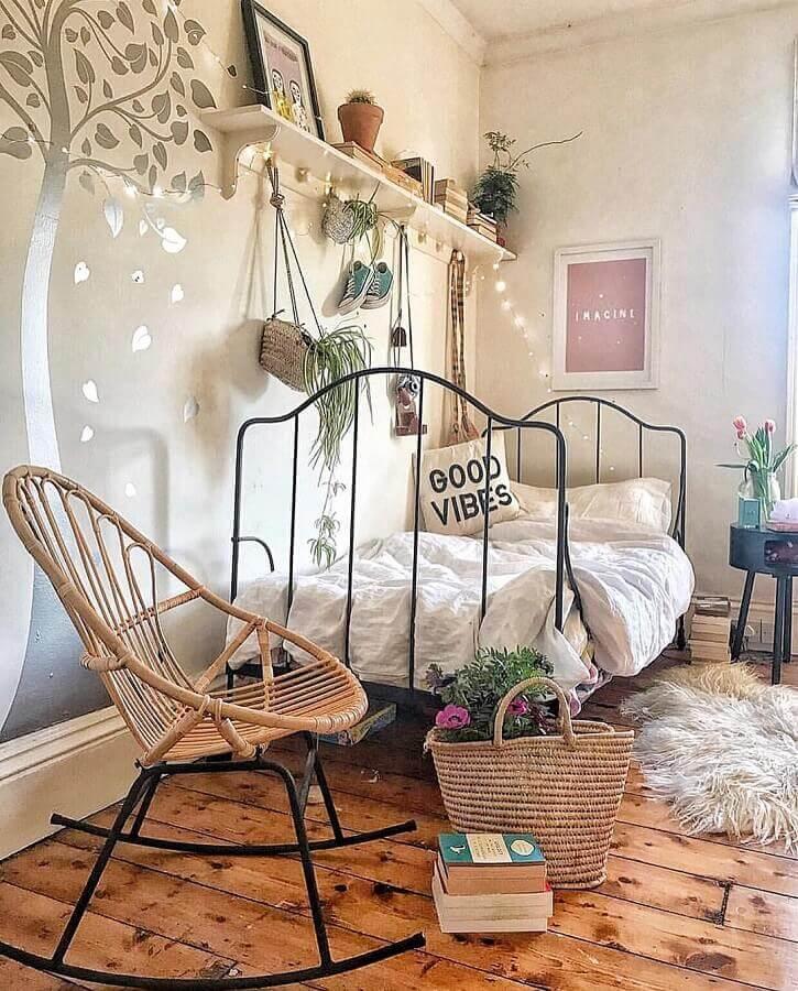 quarto de menina decorado com cadeira de balanço de ferro e vime Foto Dee Interior Design