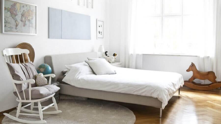 quarto decorado com cadeira de balanço antiga e cadeira de balanço infantil em formato de cavalinho Foto WestWing