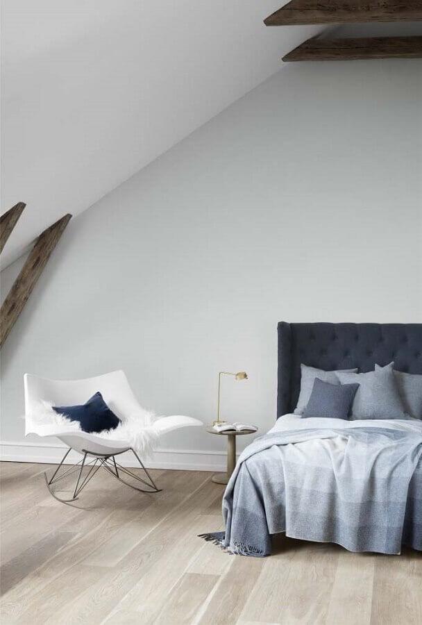 quarto minimalista decorado com cadeira de balanço Foto Fredericia Furniture