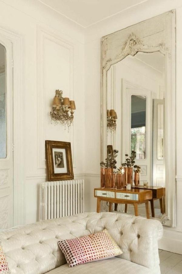 sala toda branca decorada com espelho provençal grande  Foto Desire to Inspire