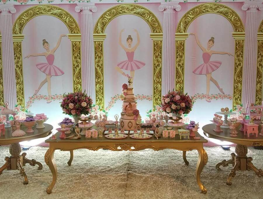 sofisticada decoração festa bailarina rosa e dourada com arranjo de rosas Foto Késia Rodrigues