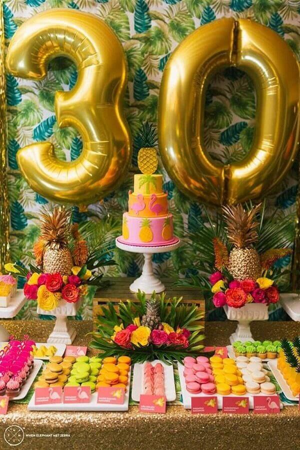 temas de festa de aniversário decorada com flores e folhagens  Foto Pinosy