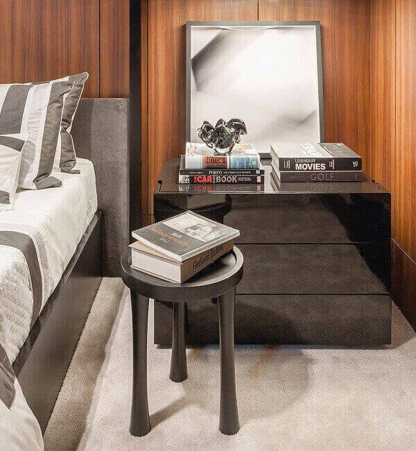 Mesa lateral para maximizar o espaço no quarto compartilhado