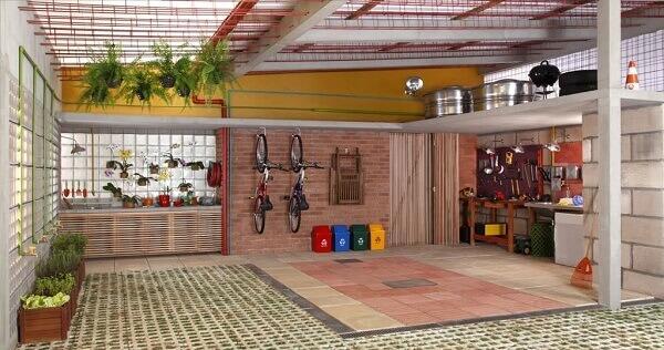 A garagem foi estruturada parte com concregrama e parte com revestimento emborrachado