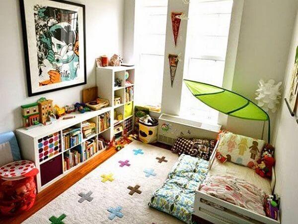 Ambiente montessoriano com estante para quarto infantil