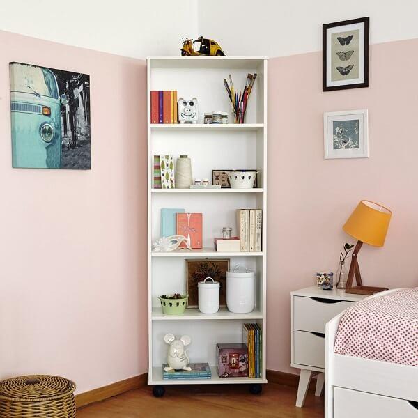 Aproveite os cantos para incluir uma estante para quarto