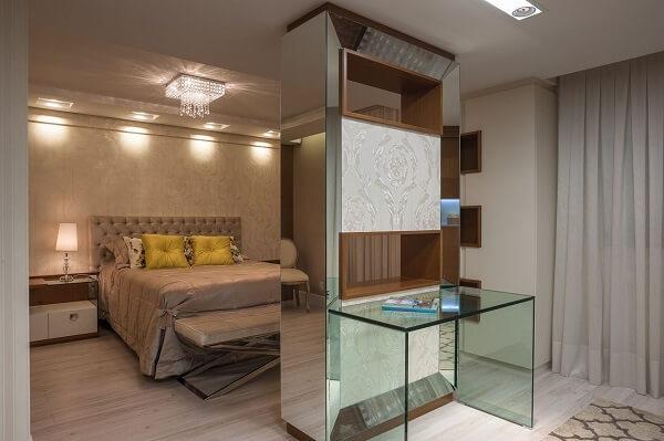 Cabeceira almofadada e estante para quarto de casal