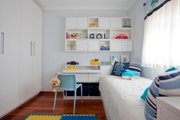 Complemente a decoração com estante para quarto com nichos vazados