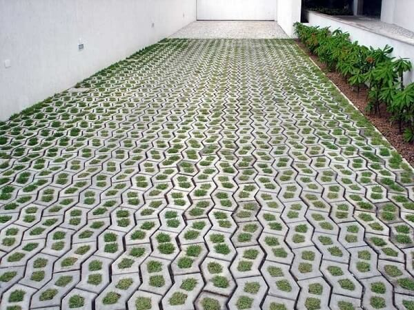 Concregrama utilizado como piso para garagem