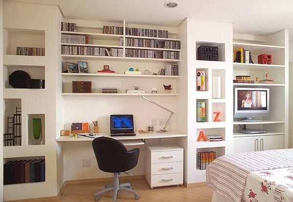 Estante branca para quarto com diversos nichos