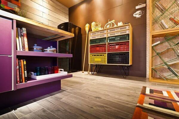 Estante para quarto feito com caixote colorido