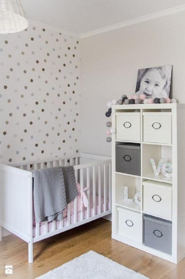 Estante para quarto de bebê com nichos para caixas e piso vinílico