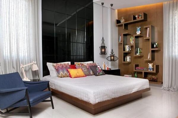 Estante de quarto de casal feito de madeira com design criativo