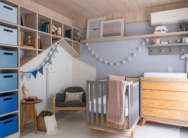Estante para quarto de bebê embutida na parede