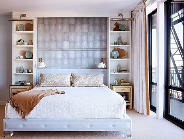 Estante para quarto de casal alinhada com as laterais da cama