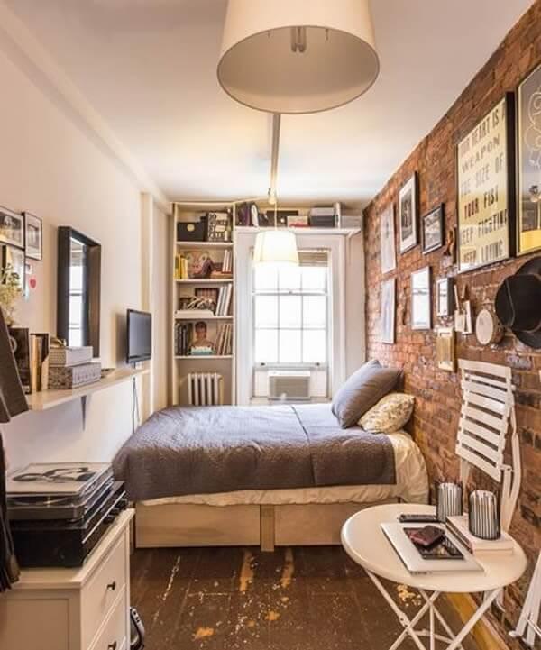 Estante para quarto de casal complementa a decoração do ambiente