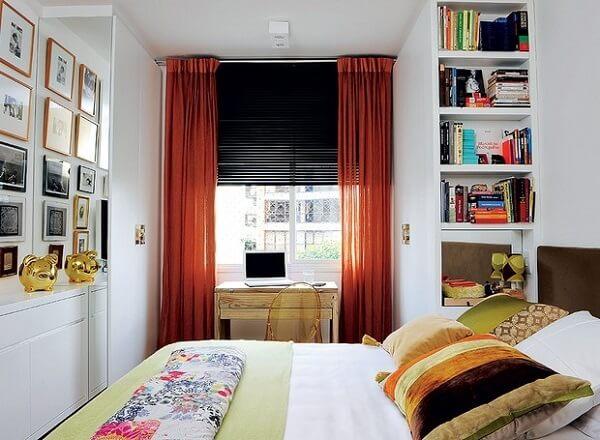 Estante para quarto de casal embutida no guarda roupa