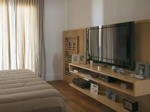 Estante para quarto de casal embutida serve de apoio para os eletroeletrônicos